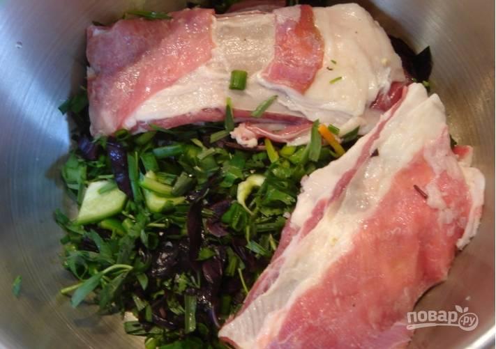 Мясо моем и просушиваем. Режем его крупно. В большую кастрюлю выкладываем мясо, чередуя его с зеленью и перцем.