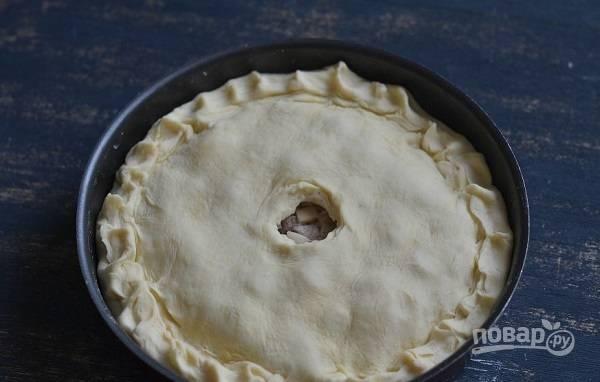 10. Накройте вторым пластом теста и защипните края. Обязательно сделайте отверстие для выхода пара! Отправьте пирог в разогретую до 180 градусов и выпекайте около 65-75 минут до готовности. Приятного аппетита!
