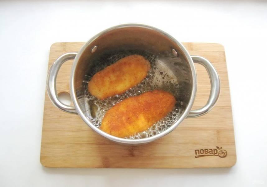 Подсолнечное рафинированное масло налейте в кастрюлю, хорошо нагрейте и выложите котлеты. Обжарьте со всех сторон до золотистой корочки.