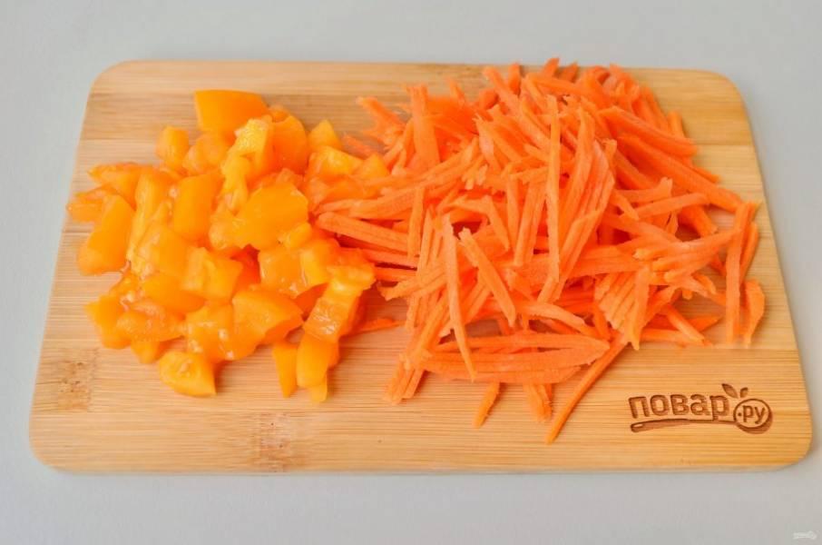 4. Помидор порежьте кубиками (если кожура очень плотная, то лучше ее снять), морковь натрите на крупной терке.