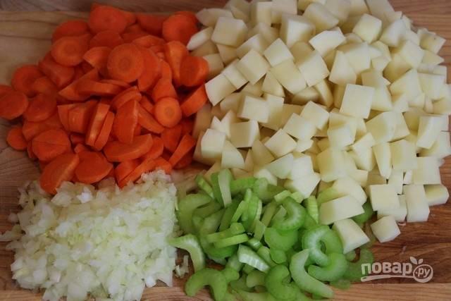 2.Очистите и вымойте овощи: нарежьте кружочками морковь, измельчите лук, нарежьте кубиками картофель и кусочками — сельдерей.