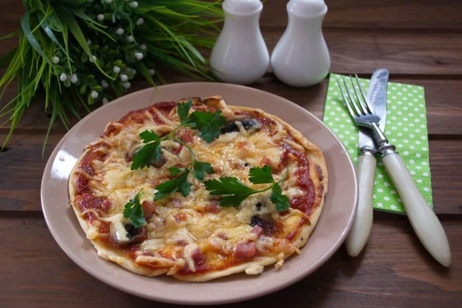 Запекайте в духовке около 12 минут. Готовую пиццу подать к столу горячей.