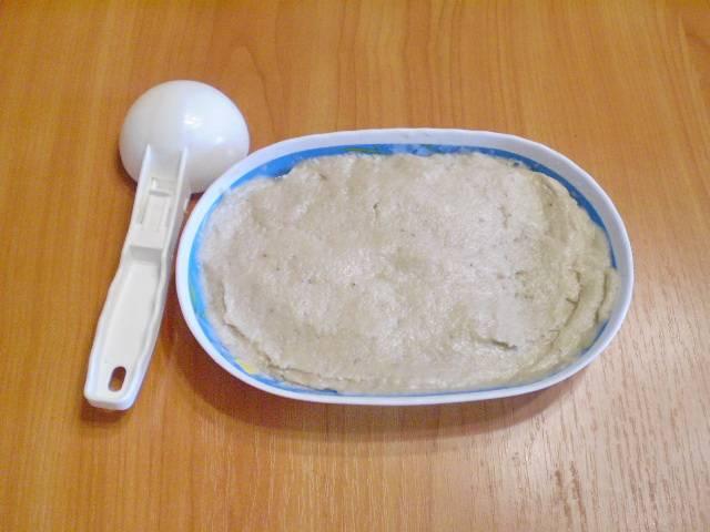 Мороженое готово. Возьмите ложку, сформуйте шарики. Полейте ягодным или фруктовым пюре.