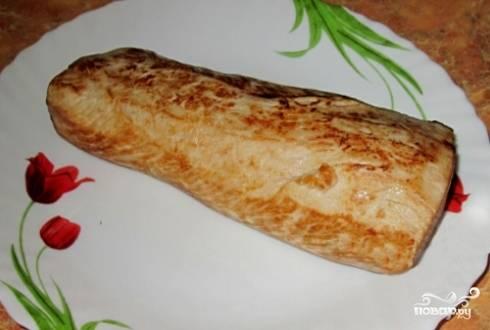 Дальше обжариваем мясо на горячей сковороде без добавления масла до легкой красивой корочки. Даем немного времени на остывание.