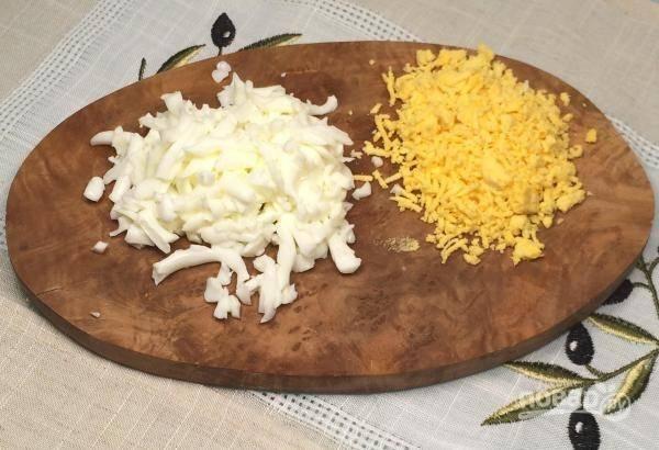 Яйца отварите вкрутую. Белки натрите на крупной тёрке, а желтки — на мелкой.