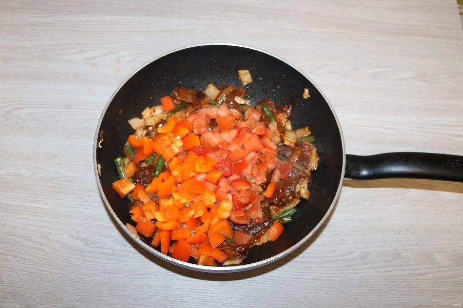 Затем болгарский перец и помидоры, обжаривайте 3 минуты.