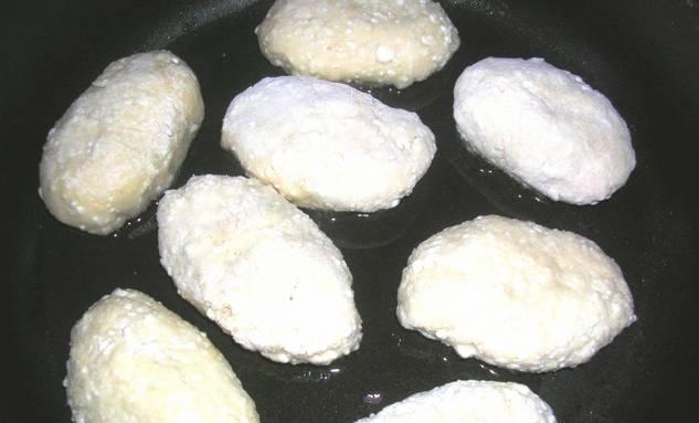 Защипываем края и формируем пирожки. Разогрейте в сковороде масло и обжарьте пирожки с двух сторон до золотистого цвета.