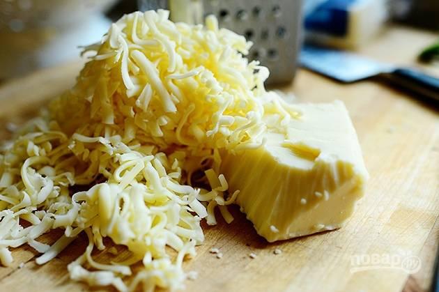 2. Натрите сыр на средней терке.