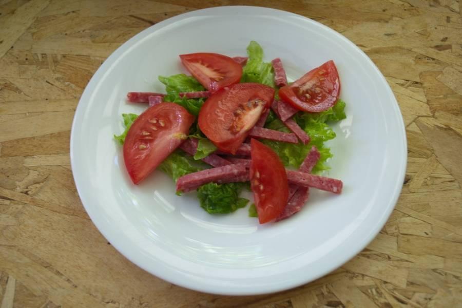 Нарезаем кусочками помидоры и выкладываем на салат.