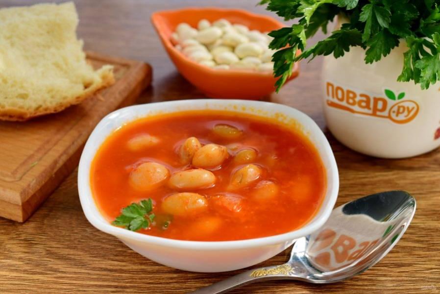 Подавать фасолада с рубленой зеленью и оливками, можно в горячем и в холодном виде. Храните блюдо в эмалированной посуде в холодильнике в течение 2-3 суток. Настоявшись в томате, фасоль становится только вкуснее.