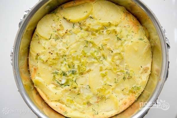 6.Выложите оставшийся картофель и залейте оставшейся смесью, посолите по вкусу. Запекайте в разогретом до 180 градусов духовом шкафу 30 минут.