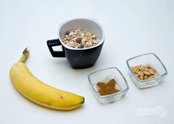 1. Чтобы испечь такое полезное печенье необходимы всего два основных ингредиента: овсяные хлопья и банан. Все остальное вы можете добавлять по вкусу.