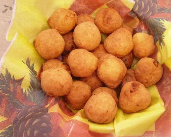 Выложите готовые творожные шарики, жареные в масле, на бумажное полотенце, чтобы лишний жир стек. Приятного аппетита!