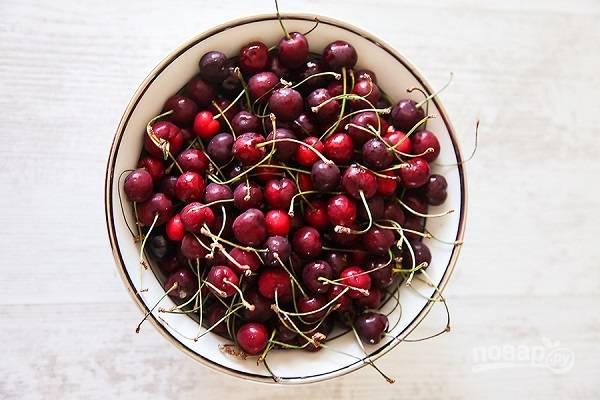 8. Пока печется корж, вымойте вишни, удалите хвостики и косточки. Выложите их в небольшой сотейник, добавьте сахар и воду. Поставьте на огонь и доведите до кипения. Проварите минуты 3 и остудите.