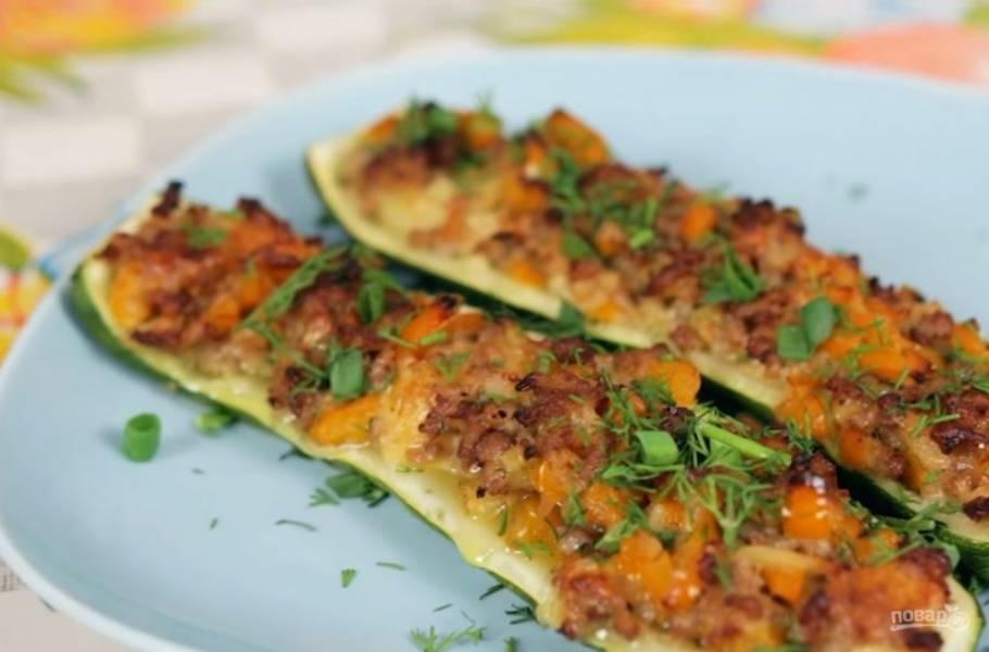 4. Выложите их на смазанный оливковым маслом противень и запекайте примерно 30 минут при температуре 200 градусов. Подавайте горячим, украсив зеленью. Приятного аппетита!