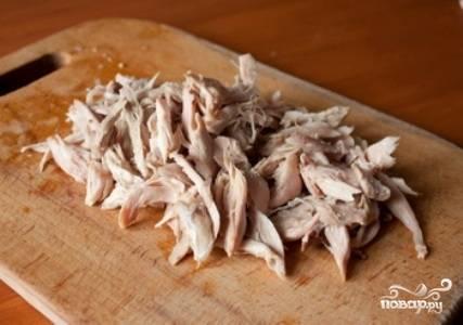 В кастрюлю влейте бульон, добавьте картофель и посолите. Доведите до кипения и оставьте вариться на 20 минут. В это же время, отделите мясо от костей (если нужно) и порежьте на кусочки.
