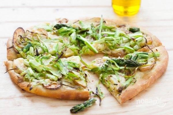 Отправьте пиццу в духовку на минут 10-12. Тесто должно начать подниматься и слегка золотиться.