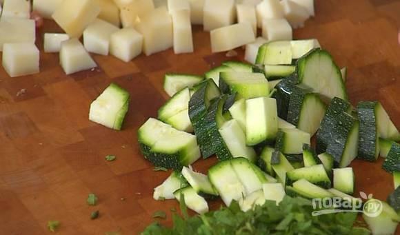 Вымойте и обсушите молодой цукини. Не снимая кожицы, нарежьте его кубиками и добавьте к помидорам и бекону.