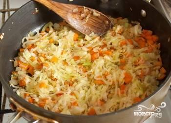 В сковороде разогреть растительное масло. Обжаривать в нем лук порей, морковь, репчатый лук и сельдерей около 5 минут. Добавить чеснок и жарить еще 2 минуты.
