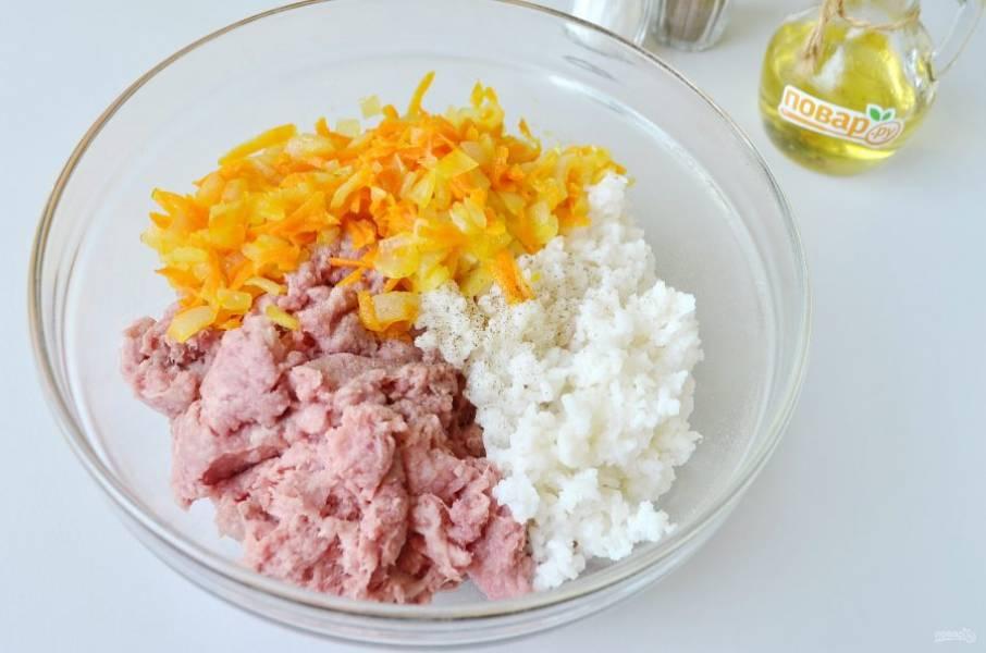 4. Соедините рис, фарш и жареные овощи. Посолите, поперчите. Перемешайте хорошо.