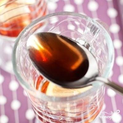 Наливаем в каждую чашку по чуть-чуть клубничного сиропа.