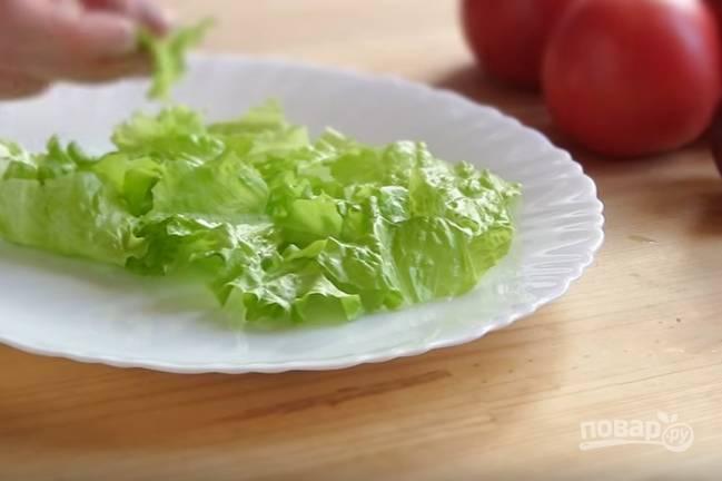 1. Отварите яйца вкрутую. Листья салата нужно помыть, обсушить, порвать на небольшие кусочки и выложить на блюдо.
