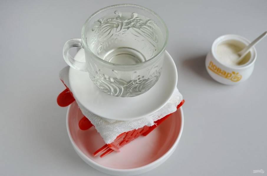 8. Сверху поставьте блюдце, на него установите гнет, это может быть чашка с водой или банка. Отправьте в таком виде пасху в холодильник на 11-12 часов. Жидкость периодически сливайте.