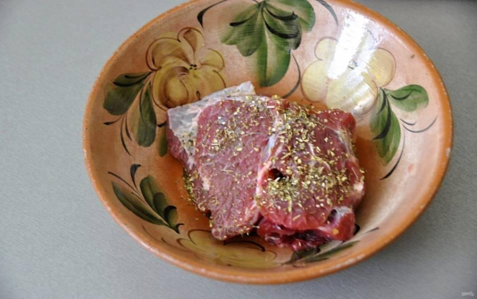 Пока тесто на расстойке, замаринуйте баранину в яблочном (или любом другом) уксусе, посыпьте ароматными итальянскими травами, слегка посолите.