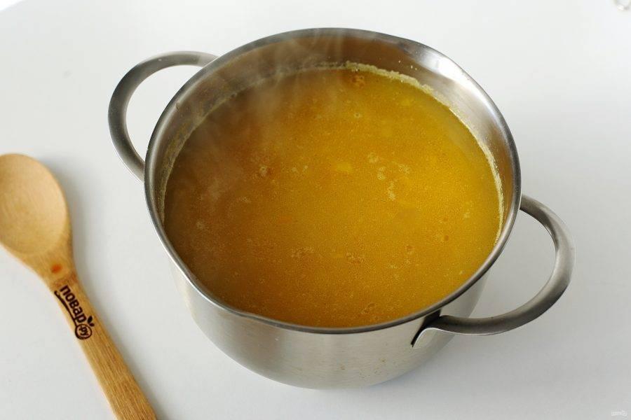 Когда горох будет готов, добавьте картофель и овощную зажарку в кастрюлю. Отрегулируйте на соль и варите на небольшом огне до готовности картошки.