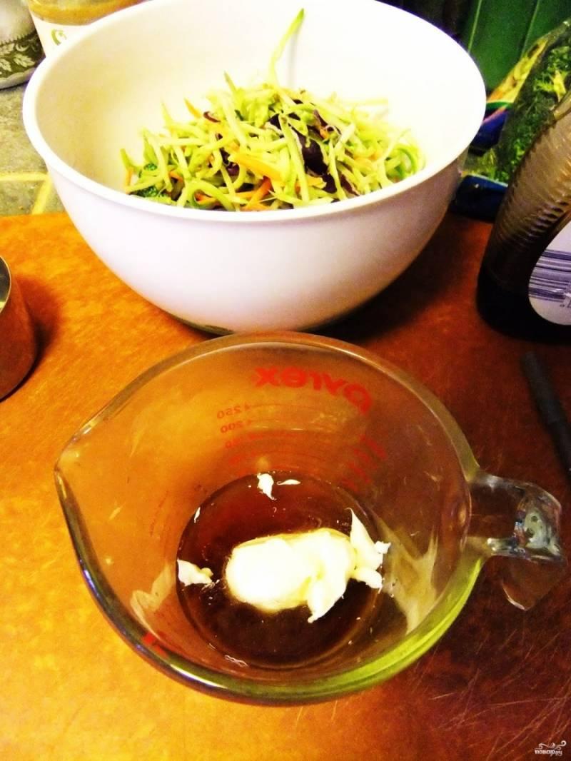 Шаг 4. Сделайте заправку к салату. Смешайте в отдельной ёмкости кленовый сироп с яблочным уксусом и майонезом (до однородной массы).