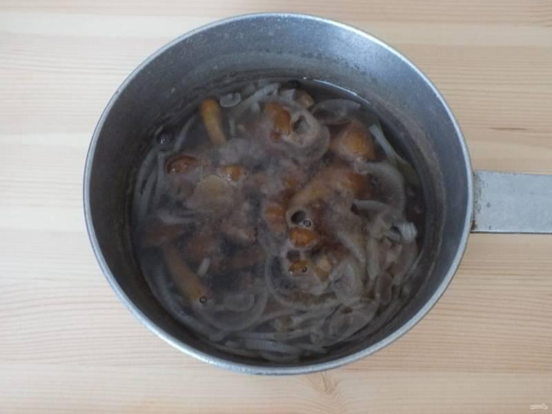 Опустите в маринад грибы и варите после закипания 20 минут. Добавьте уксусную эссенцию и подержите на огне еще 3 минуты. Снимите.