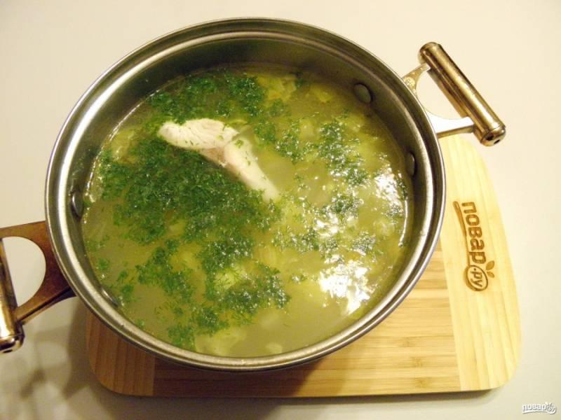 В конце варки супа добавьте мелко порезанный укроп и перец черный молотый, выключите плиту. Рыбный суп классический готов! Подавайте горячим, приятного!