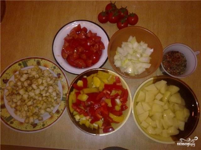 В это время готовим овощи. Моем, чистим и нарезаем кубиками.