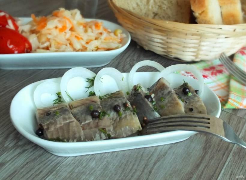 Готовую сельдь подавайте с луком и ароматным маслом. Приятного аппетита!