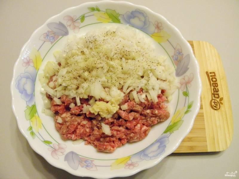 """Для тефтелей возьмите свежий кусочек жирной свинины. Перекрутите его на мясорубке пару раз, чтобы фарш был однородным и некрупным. Отварите заранее рис до полуготовности, не используйте сырой (получаются не тефтели, а ёжики). Лук порежьте мелко, чеснок пропустите через пресс. Соедините фарш с рисом, луком, чесноком, солью, перцем. Тщательно вымешайте до однородности. Вбейте 1-2 яйца (если крупные яйца - одно, если мелкие - два). Хорошо """"выбейте"""" фарш."""