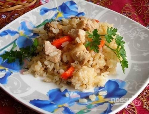 Подаем блюдо к столу в горшочках или выкладываем курицу с рисом на тарелки.