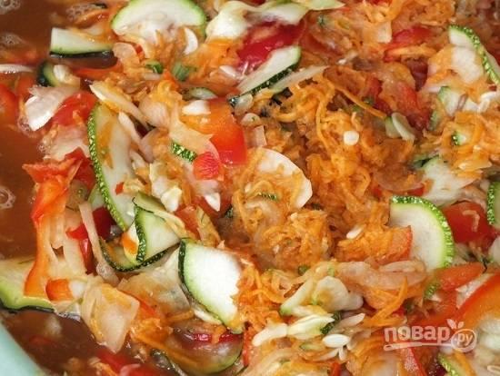 Морковь очистим и натрем на крупной терке. Перемешаем все ингредиенты с солью и оставим минут на 20-30.