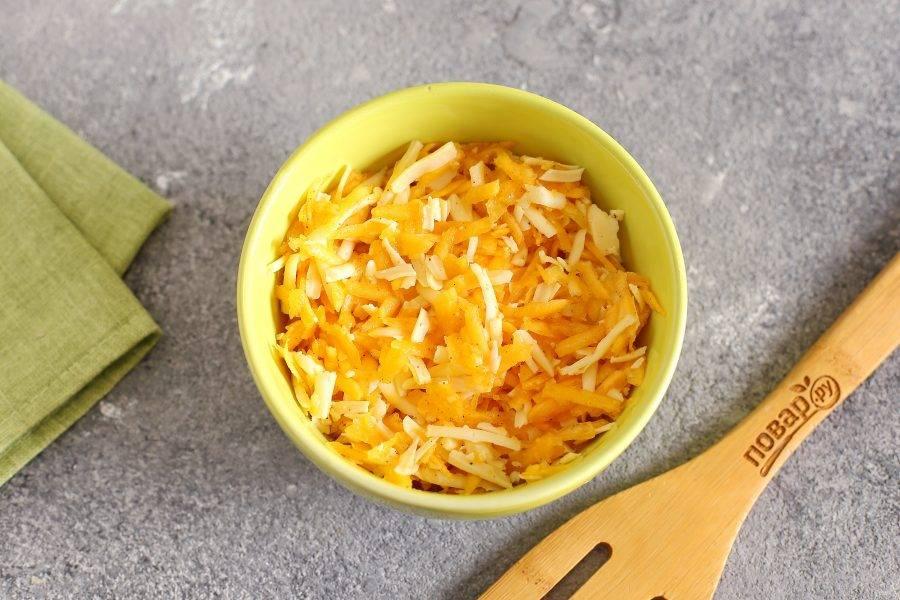 Третья начинка. Натрите на крупной терке тыкву и твердый сыр. Посолите, поперчите и перемешайте.