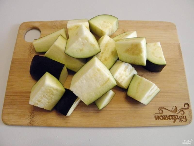У баклажанов срежьте хвостики, порежьте овощи крупными кусочками.