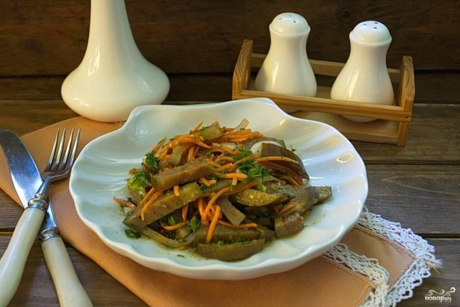 Отправьте синенькие с морковкой в холодильник. Настаивайте там около 3 суток. По истечении этого времени закуску можно пробовать.