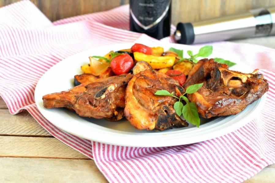 Сервируйте горячим, украсив свежим зеленым базиликом. К мясу подайте красное сухое вино.
