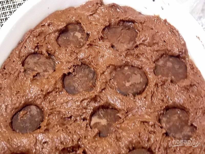 Утопите конфеты в тесте. Выпекайте пирог при 200 градусов в течении 30 минут, до сухой спички. Дайте полностью остыть.