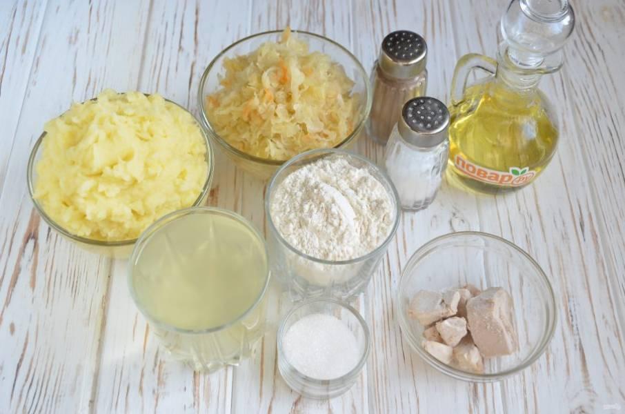 1. Подготовьте продукты для теста и начинку. Так как тесто очень быстрое, скороспелое, то начинка должна быть готова первой. У меня сегодня картофельное пюре и тушенная квашеная капуста.