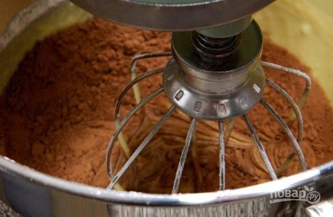 В оставшееся тесто добавьте какао и взбейте до однородности.