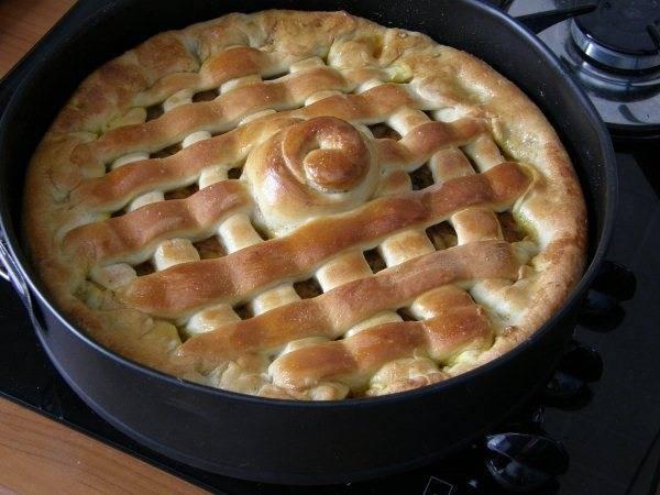 Выпекаем наш пирог минут 20 в разогретой до 180 С духовке.  Вот такой красивый вегетарианский пирог с капустой у нас получился. Приятного аппетита!