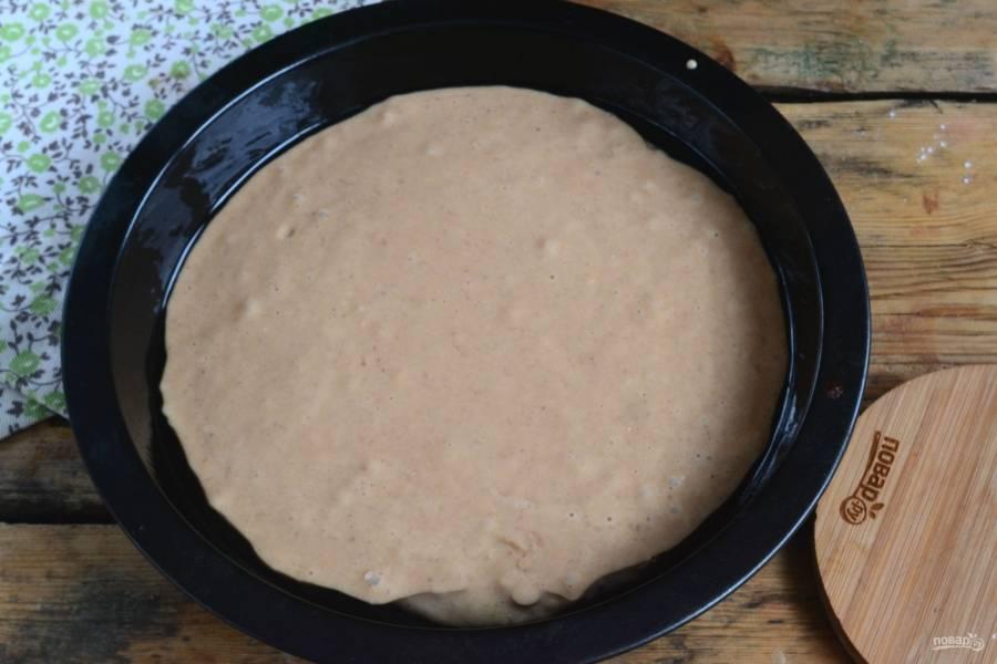 Вылейте тесто в круглую форму (диаметр 21-23 см.), смазанную сливочным или растительным маслом.