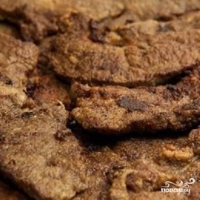 4. Жарьте печень до готовности. А в то время, пока печена жарится, очистите лук и нарежьте полукольцами.