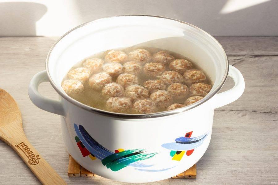 Затем добавьте сырные шарики и варите пока не всплывут.