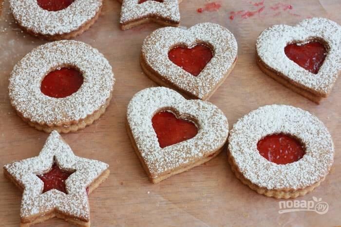 18.Выложите печенье с пудрой на печенье с вареньем, прижмите. Подавайте готовое печенье сразу.