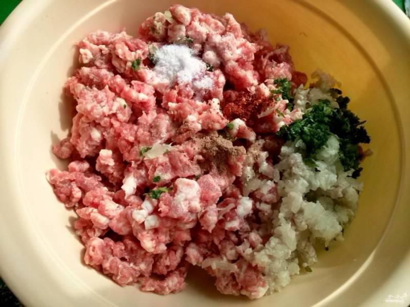 Мясо перекрутите на мясорубке через крупную решетку. Измельчите лук, кинзу. Посолите по вкусу, добавьте перец и зиру. Фарш тщательно вымесите.